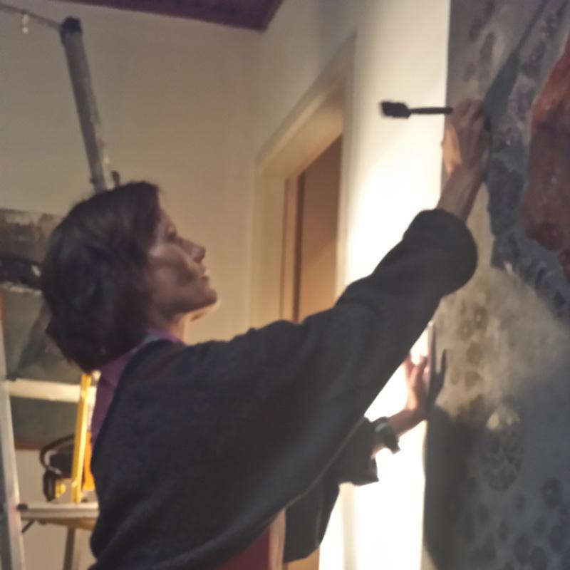 Hanneke werkt aan een wandjuweel